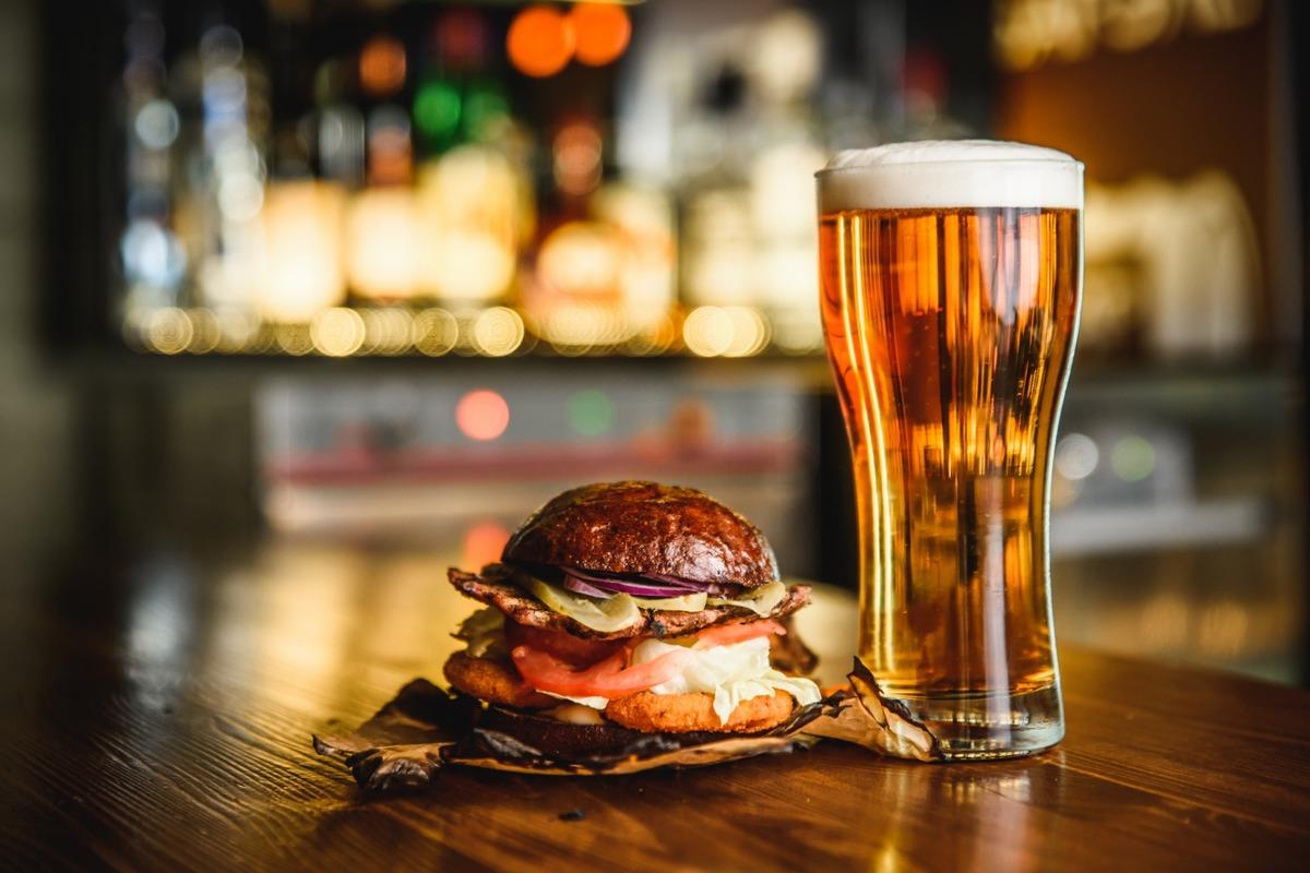 Manger un burger et boire une bière artisanale en centre-ville aux Chartrons